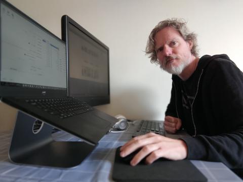 Back-end developer Jeroen van React thuis aan het werk